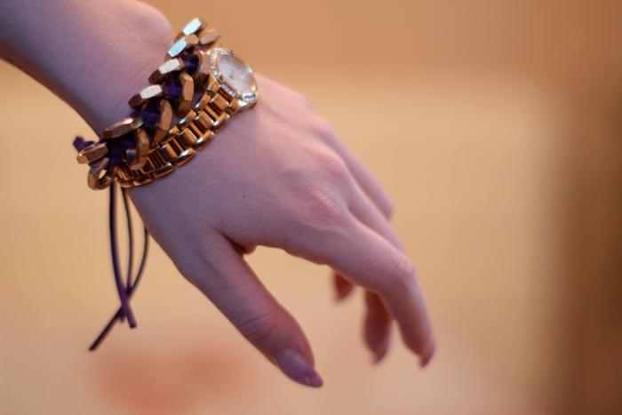 браслет на руке