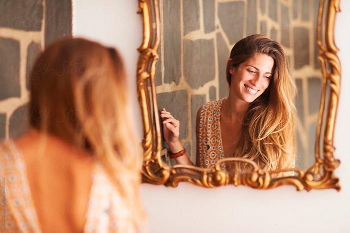 девушка улыбается зеркалу