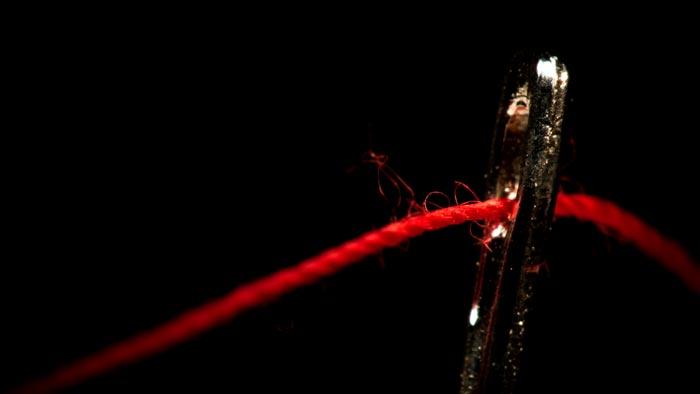 иголка с красной ниткой
