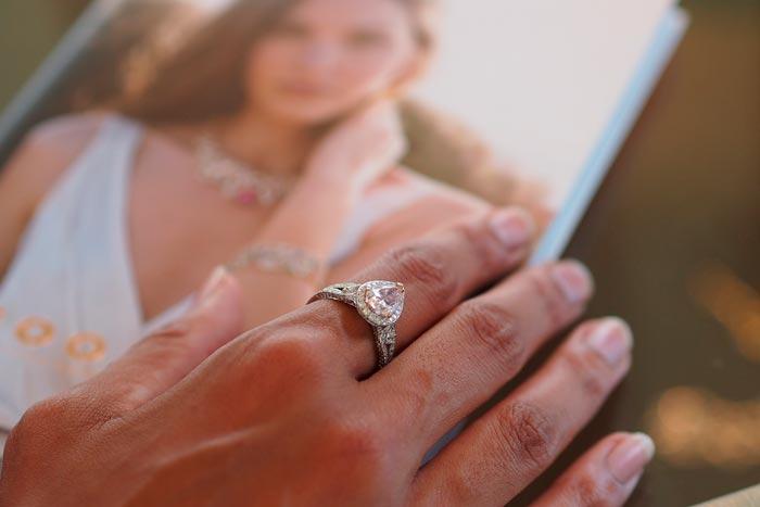 золотое кольцо с камнем на пальце
