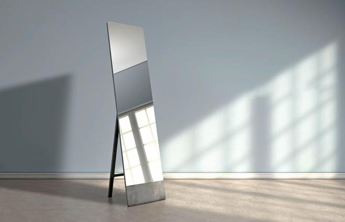 зеркало напротив окна
