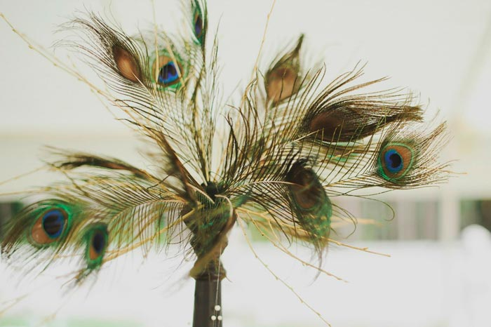 статуэтка с перьями