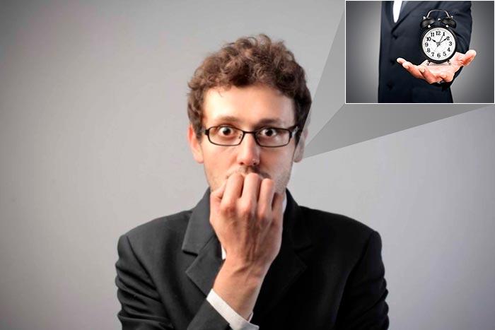 мужчина думает про часы