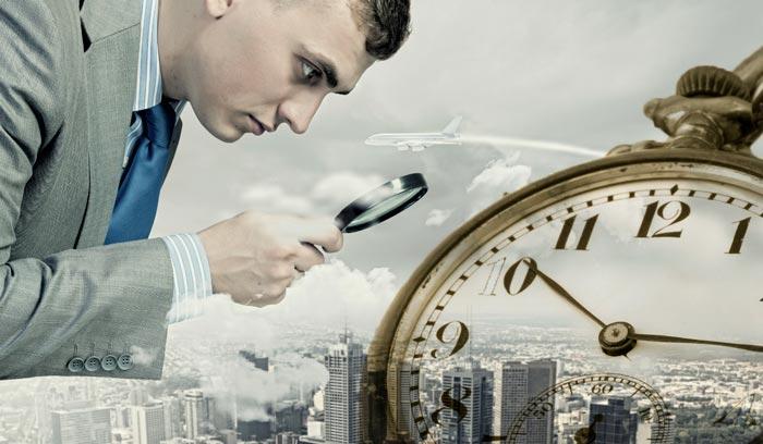 мужчина ищет часы
