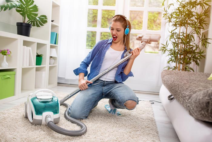 девушка занимается уборкой