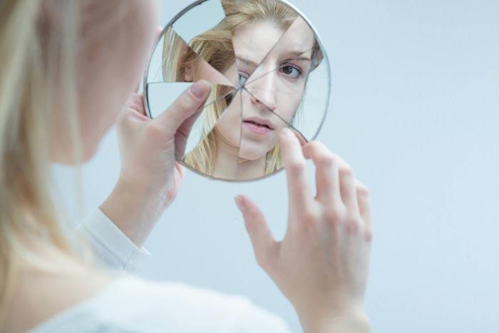 треснувшее зеркало в руках