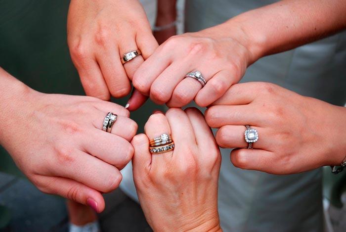 кольца на безымянных пальцах