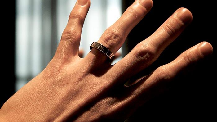 кольцо на пальце у мужчины