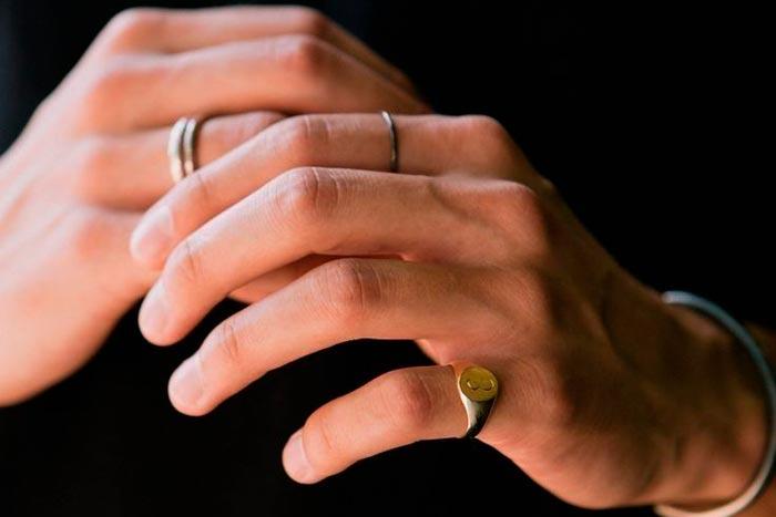 печатка на пальце