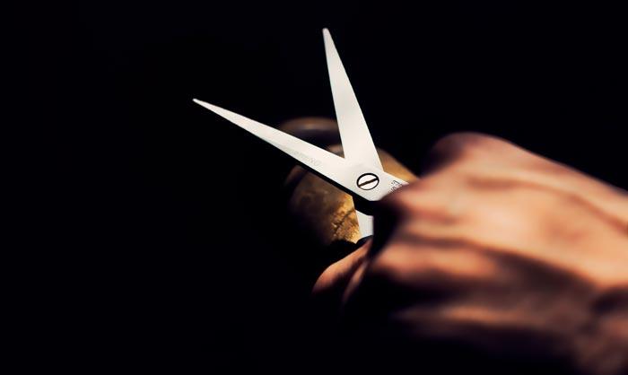 ножницы в руке