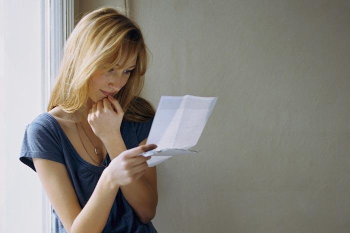 девушка читает письмо