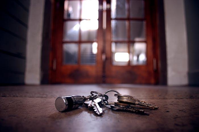 связка ключей на полу