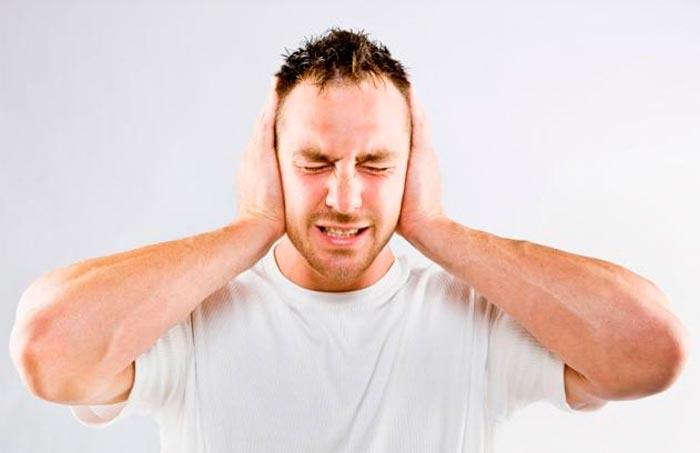 мужчина закрыл уши ладонями