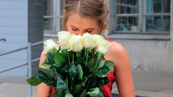 девушка с белыми розами