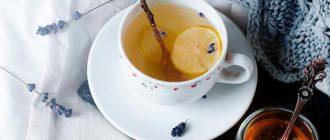 чай с ложкой в кружке