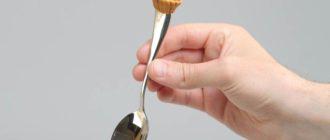 чайная ложка в руке
