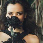 девушка с черной розой