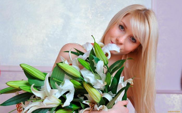 девушка с белыми лилиями