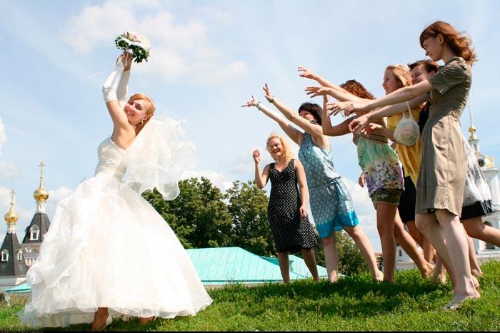 невеста кидает букет