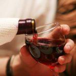 наливает вино