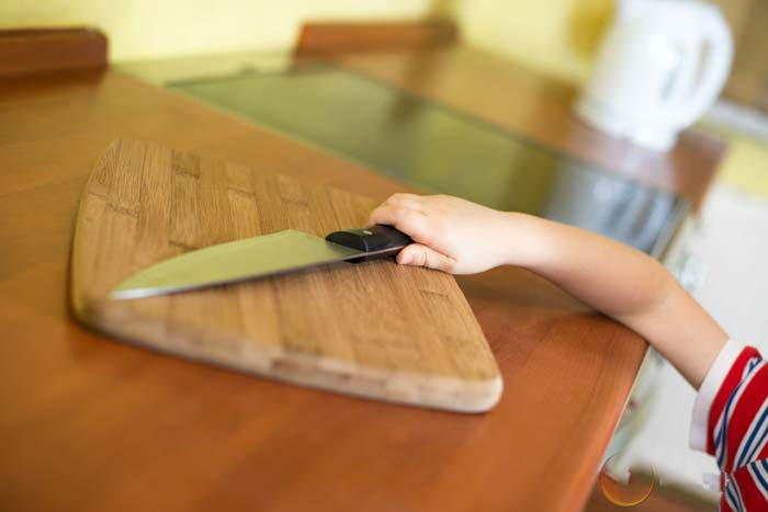 ребенок с ножом