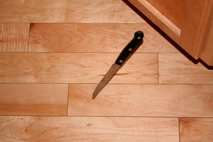 нож на полу