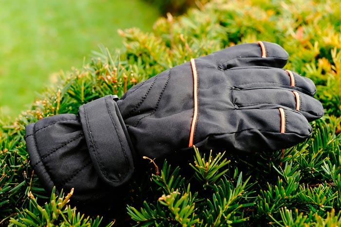 перчатка на траве