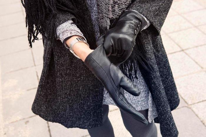 надевает перчатку