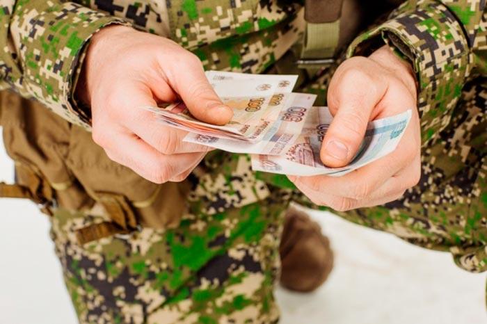 военный с деньгами