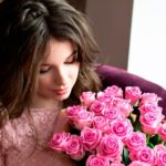 девушка с розовыми розами