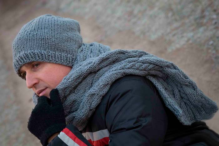 мужчина в шапке и шарфе