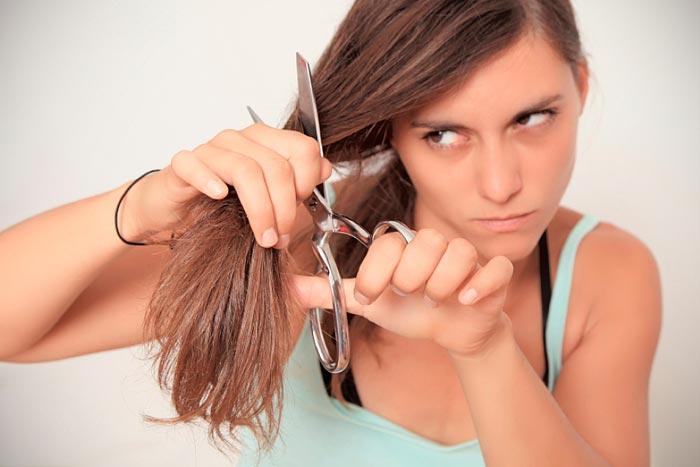 стрижет себе волосы