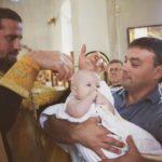ребенок стрижет ребенка
