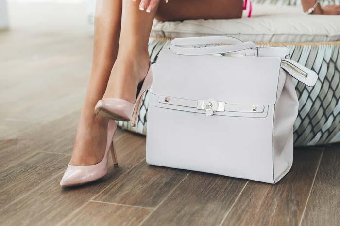 сумка на полу