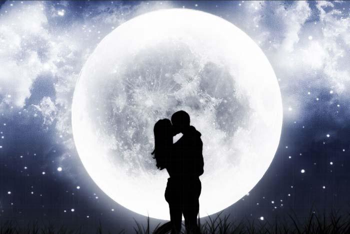 поцелуй под луной